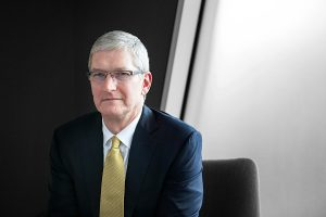 1分钟短篇英语新闻:苹果首席执行官蒂姆·库克暗示,他将继续在家工作到2021年6月
