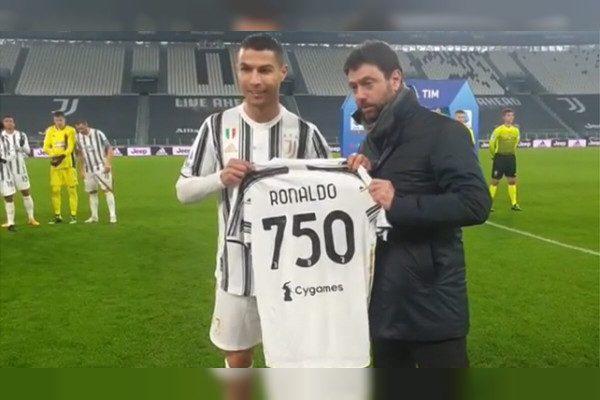 1分钟短篇英语新闻:C罗因在职业生涯中攻入750个进球而被授予纪念球衣
