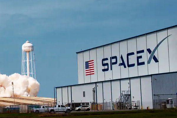 1分钟短篇英语新闻:SpaceX原型火箭在德克萨斯州测试发射时爆炸后坠毁