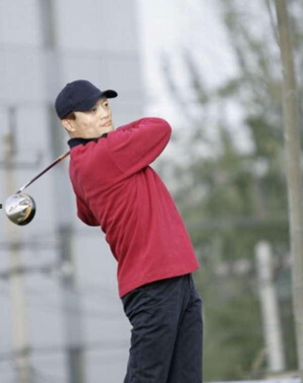 马云被发现打高尔夫球