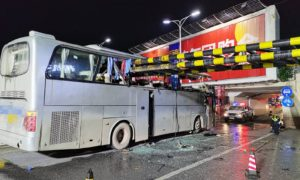 桂林一旅游大巴撞上限高架,事故造成1人死亡,6人受伤