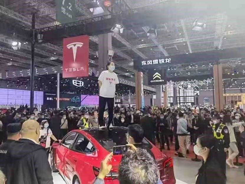 特斯拉客户在上海车展上维权后,中国国家市场监管总局要求依法维护消费者权益