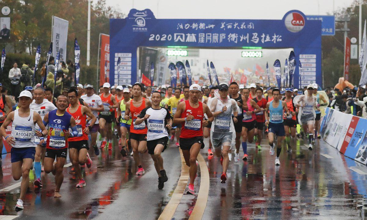 跑马季来袭马拉松因新疆棉花事件临时换赞助商跑友拒绝洋品牌