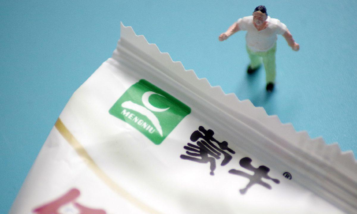 """中国乳业巨头蒙牛为""""倒奶事件""""致歉"""
