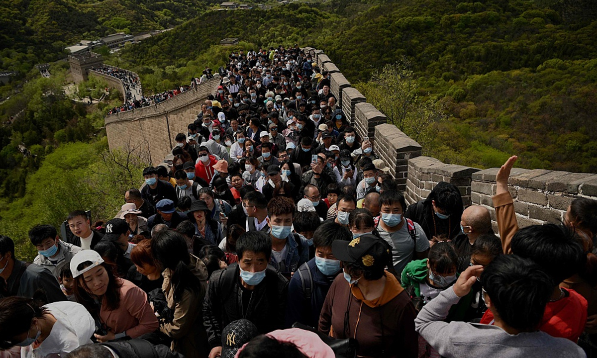 全国各地旅游景点人满为患,说明国内疫情防控措施深受民众信任