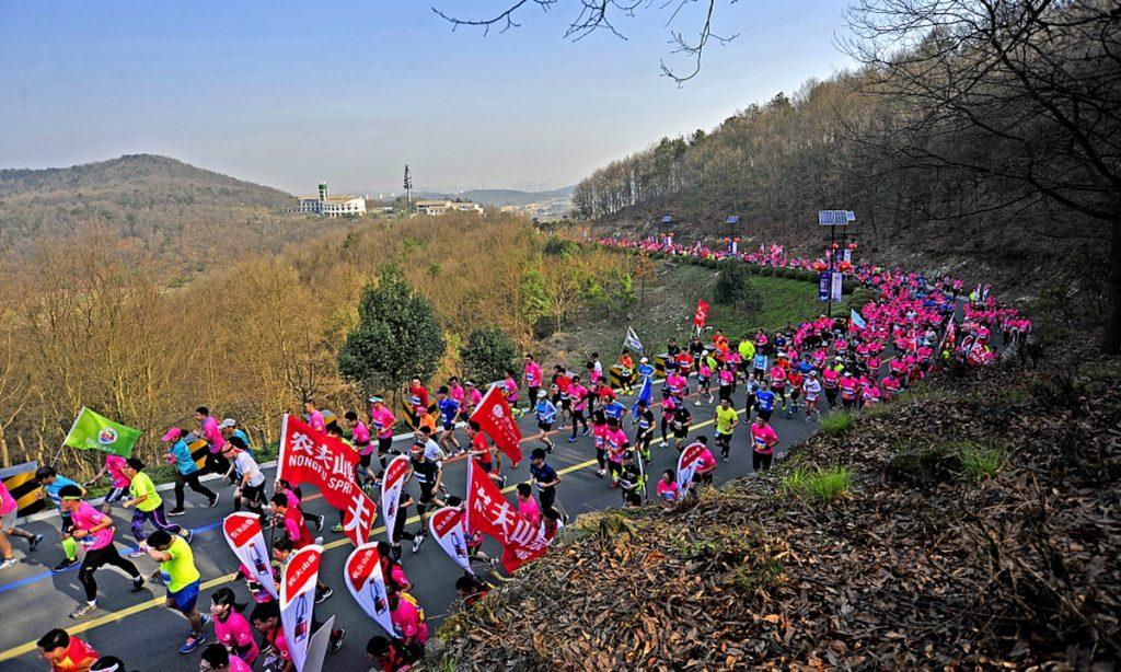 在中国甘肃举行的山地马拉松比赛中,20人死亡