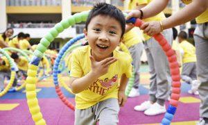 中国放宽计划生育政策,允许一对夫妇生育三个孩子