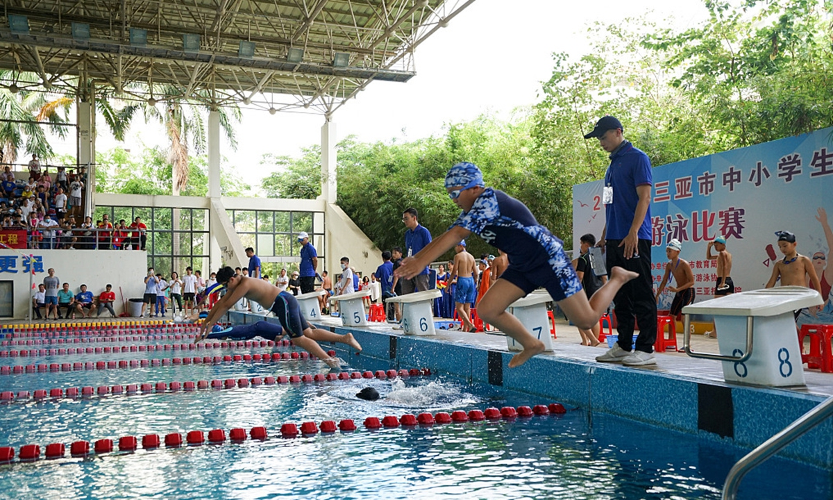 为避免安全隐患,海南要求小学毕业生8月底前全部学会游泳