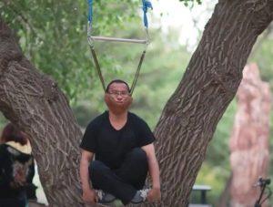 """树上挂满""""吊脖子健身""""的大爷大妈?"""