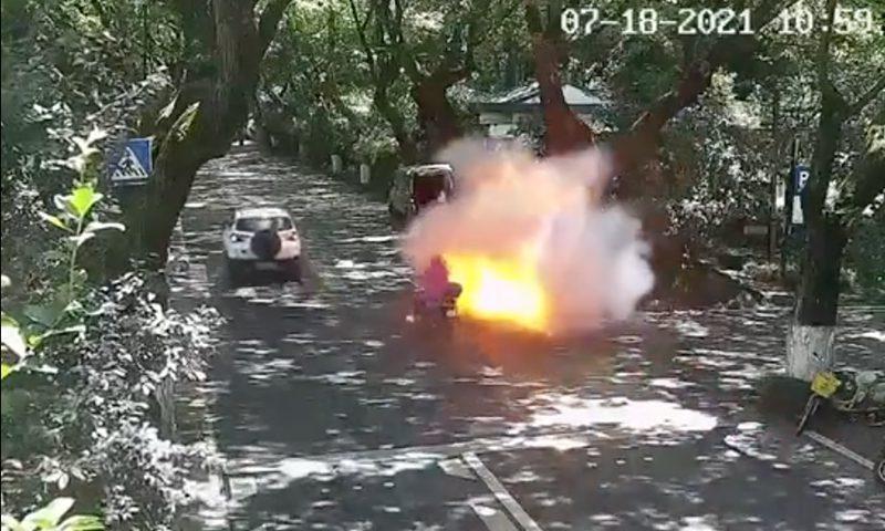 惊恐!电瓶车行驶过程中自燃,父女生命垂危