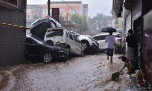 河南省郑州市暴雨造成12人死亡,10万居民被转移