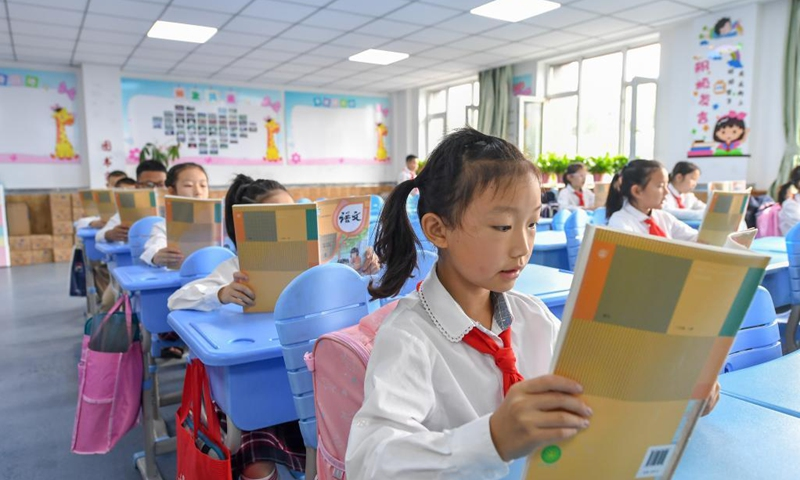 Primary students read in the morning session at a school in Changchun, capital of northeast China's Jilin Province, Aug. 23, 2021. Primary and middle schools in Changchun greeted their new semesters on Monday. (Xinhua/Zhang Nan)